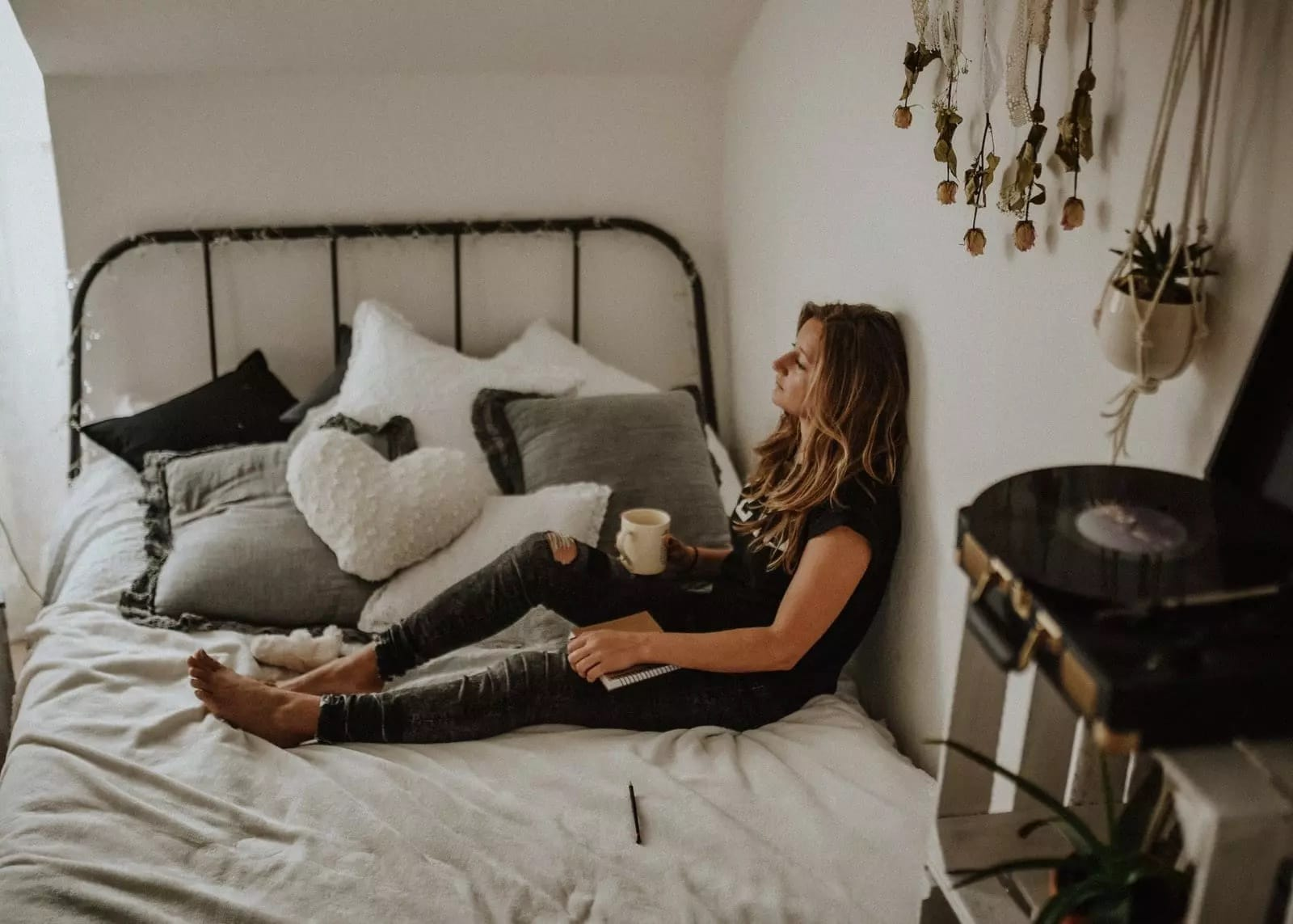Woman-Laying-in-Bed-Thinking