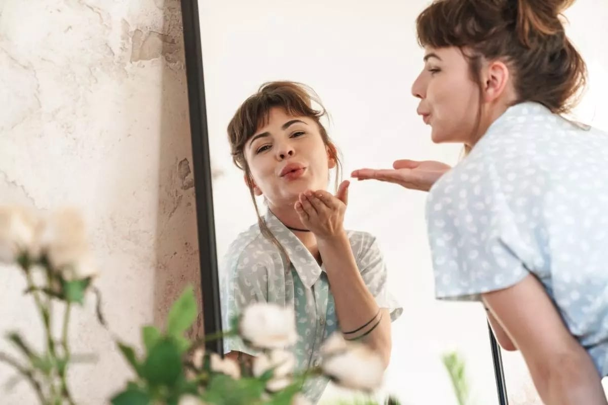 Woman-Looking-in-the-mirror-and-blowing-a-kiss